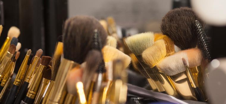 Conoce los materiales que componen el equipo de maquillaje profesional
