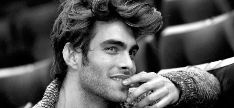 Tendencias en peinados para hombres: cabello alborotado
