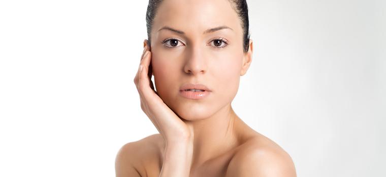 Maquillaje paso a paso: Cómo disimular el exceso de brillos en pieles grasas